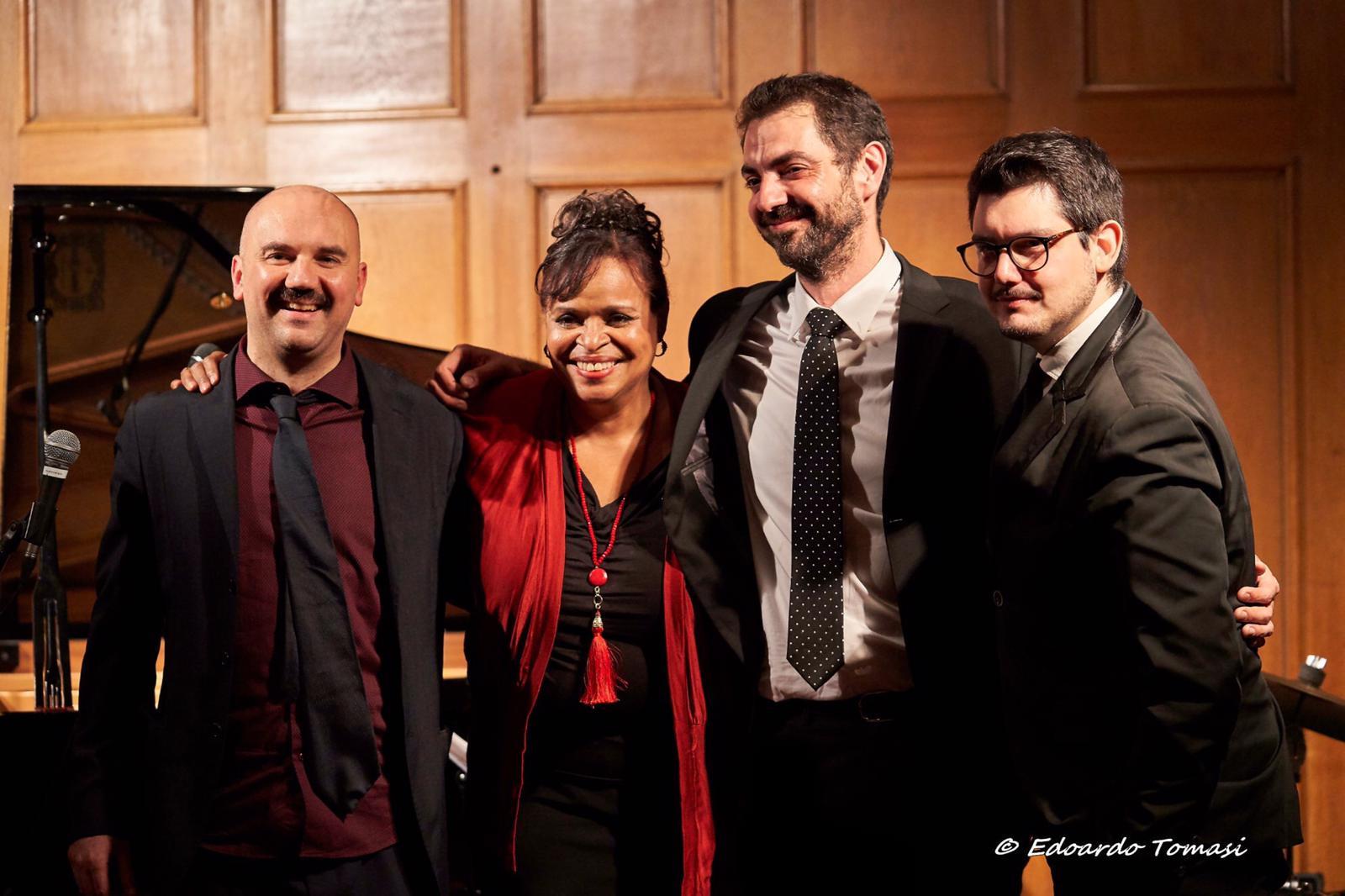 La grande cantante Deborah Carter in concerto con il suo italian trio al teatrino civico di Chivasso.