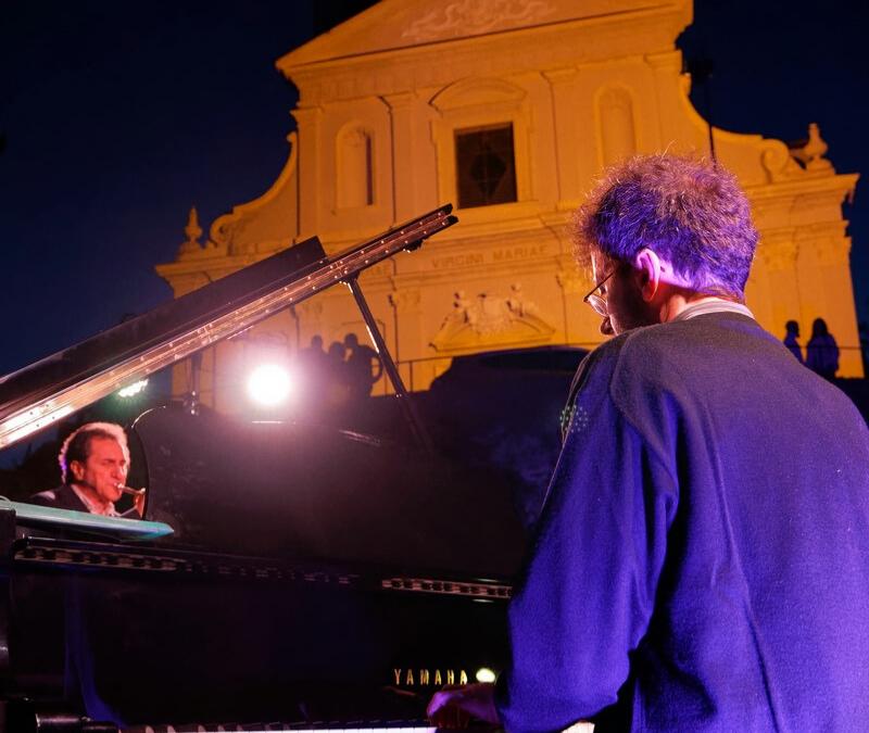 Veduta laterale del duo Daniele Tione e Alberto Mandarini in concerto a Lauriano da Po il 5 Luglio 2019.