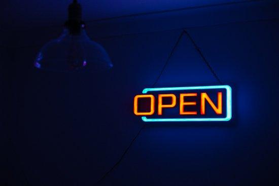 Insegna open illuminata, Riaprono i teatri